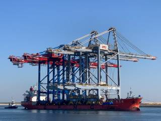 Two new deep sea quay cranes for Rotterdam World Gateway