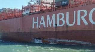 Hamburg Süd containership Cap San Antonio allides with Santos landing pontoon (Video)